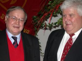 Vorsitzender der Bayern-SPD MdB Ludwig Stiegler, links, und SPD-Ortsvorsitzender Erhard Lenz beim Festakt anlässlich des 100. Geburtstages der Straubinger SPD am 6. November 2004 im Historischen Rathaussaal.